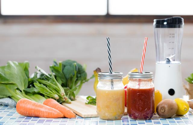 葉物野菜とフルーツスムージーの写真