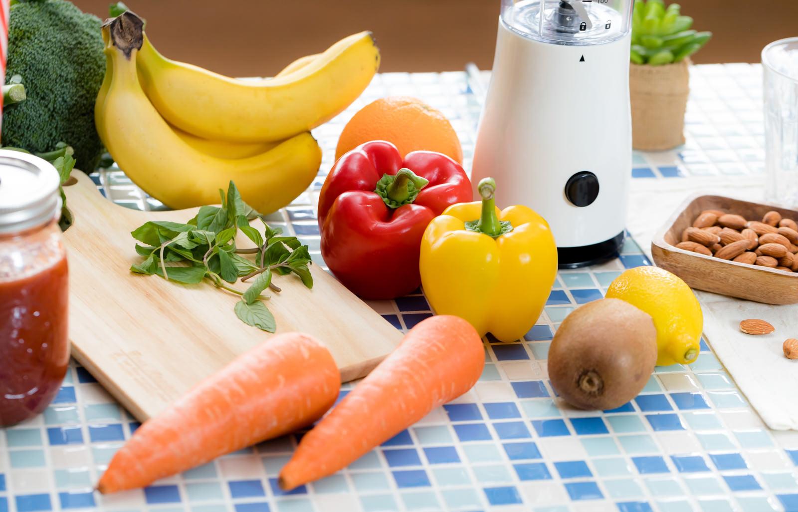 「スムージー用のニンジンやパプリカなどの野菜」の写真