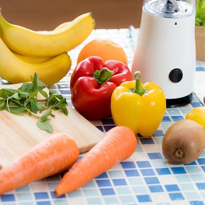「スムージー用のニンジンやパプリカなどの野菜」の写真素材