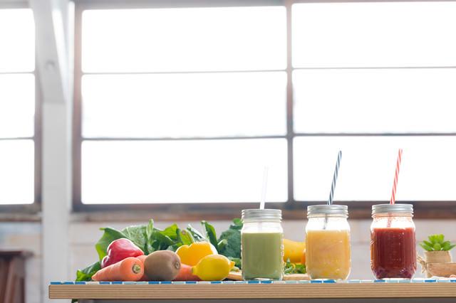 野菜たっぷり使ったスムージーの写真