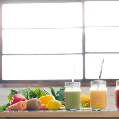 「野菜たっぷり使ったスムージー」の写真素材