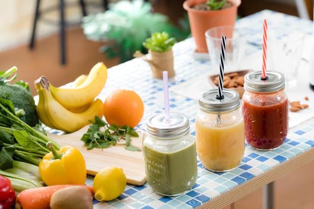 3種類のスムージーと新鮮な果物と野菜の写真