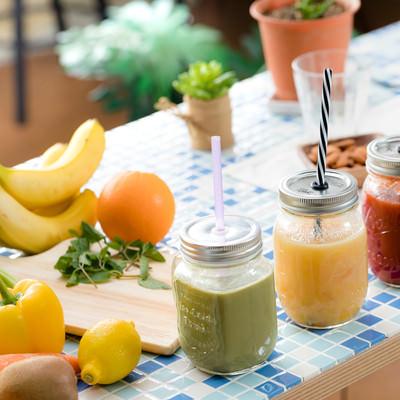 「3種類のスムージーと新鮮な果物と野菜」の写真素材