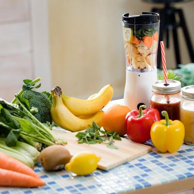 「小松菜やレモンなどでスムージーを作る」の写真素材