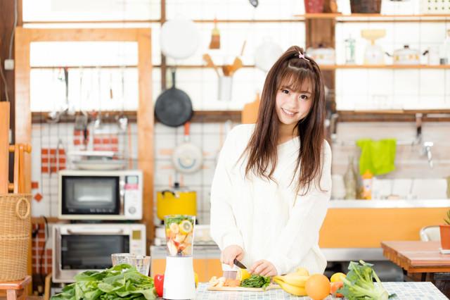 キッチンで朝スムージーを作る女子の写真