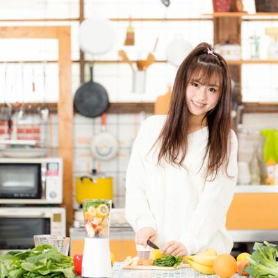 「キッチンで朝スムージーを作る女子」の写真素材