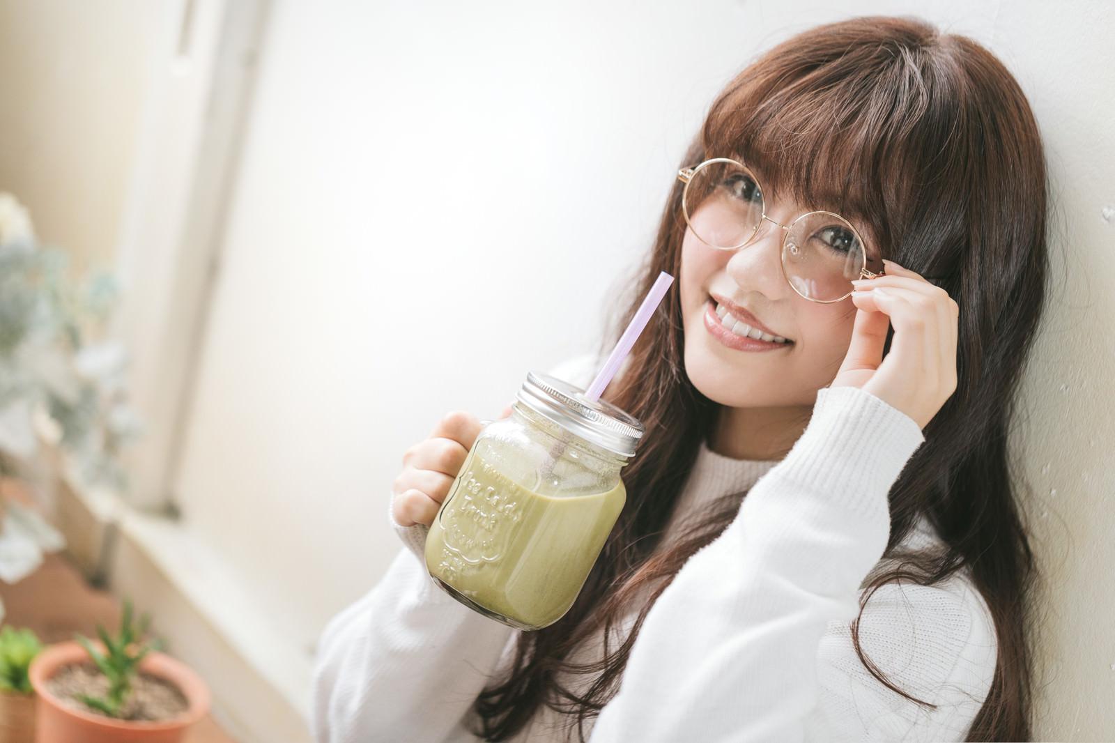 「グリーンスムージーを飲む文系女子」の写真[モデル:河村友歌]