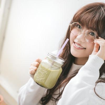 「グリーンスムージーを飲む文系女子」の写真素材