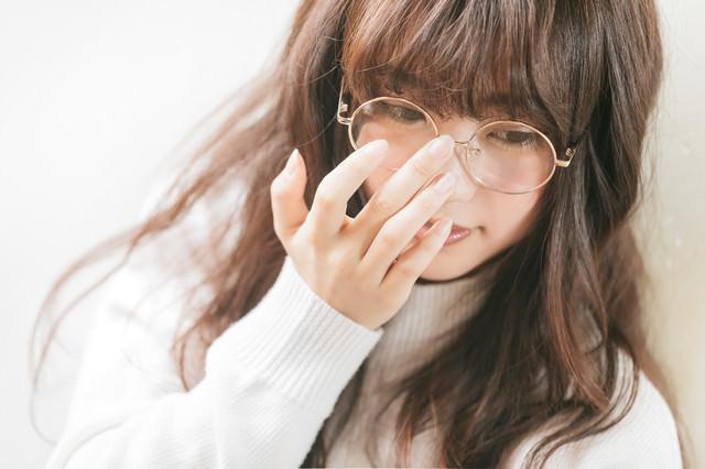 眼鏡クイッ女子の写真