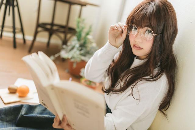 読書中の文系女子の写真