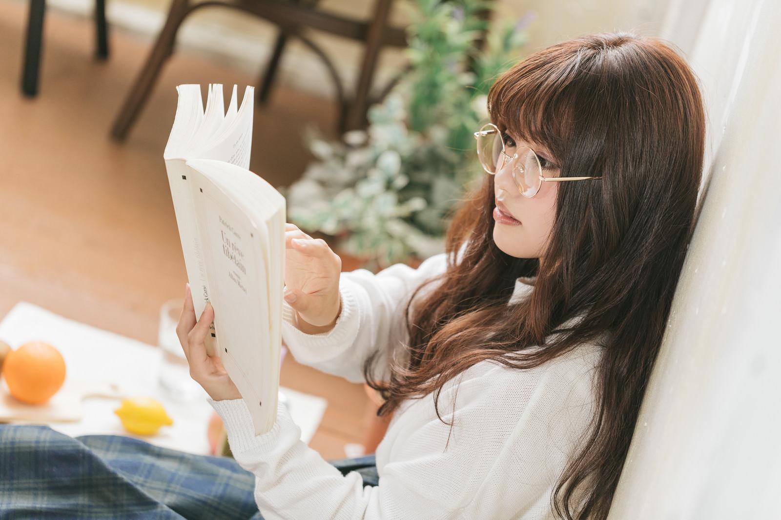 「読書中の文系女子の横顔」の写真[モデル:河村友歌]
