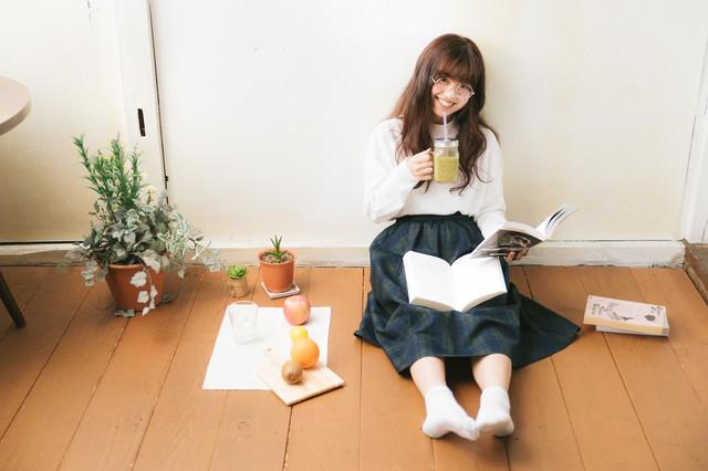 グリーンスムージーを飲みながら読書女子の写真