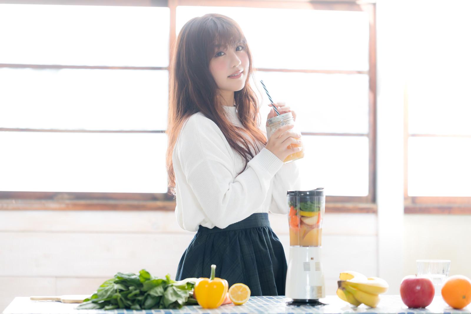 「出来上がったスムージーを飲む女性出来上がったスムージーを飲む女性」[モデル:河村友歌]のフリー写真素材を拡大