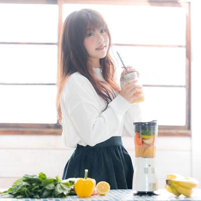 「出来上がったスムージーを飲む女性」の写真素材
