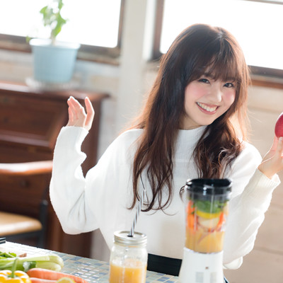 「片手に赤い林檎を持った健康志向女子」の写真素材