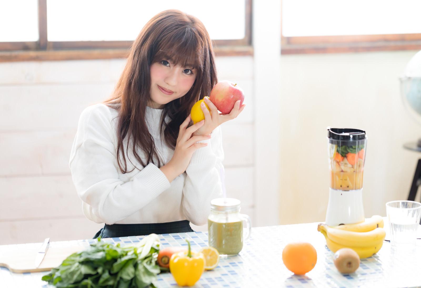 「リンゴとレモンを持って微笑むスムージー女子リンゴとレモンを持って微笑むスムージー女子」[モデル:河村友歌]のフリー写真素材を拡大