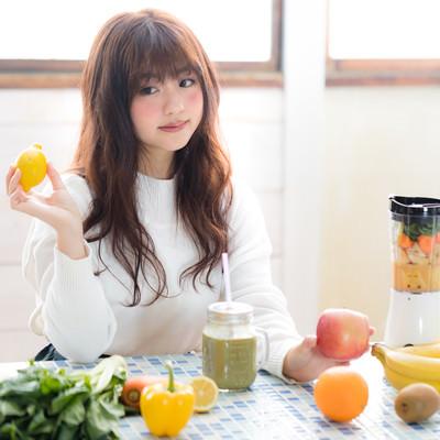 レモンを持ったスムージー女子の写真