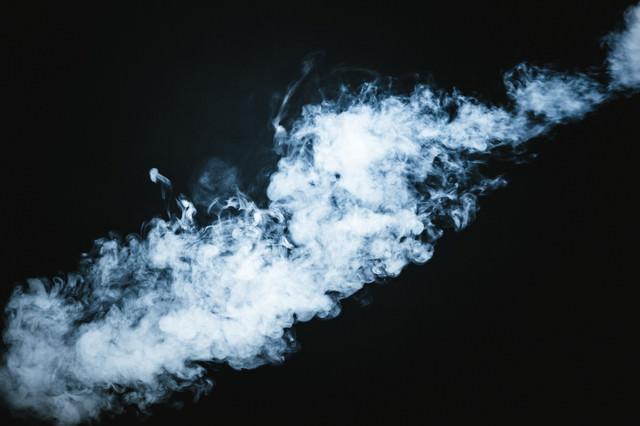 流れる煙の写真