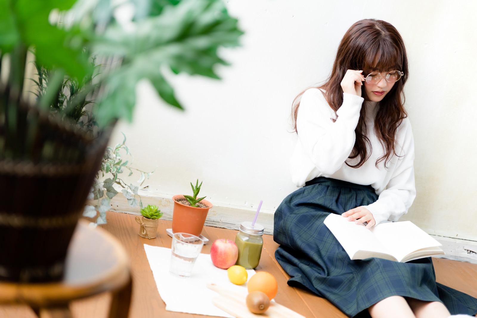 「眼鏡をかけて読書をする文系女子眼鏡をかけて読書をする文系女子」[モデル:河村友歌]のフリー写真素材を拡大