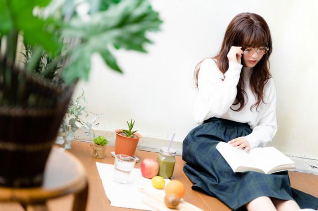 「眼鏡をかけて読書をする文系女子」のフリー写真素材