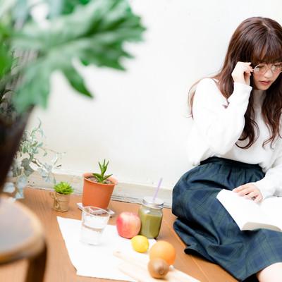 眼鏡をかけて読書をする文系女子の写真