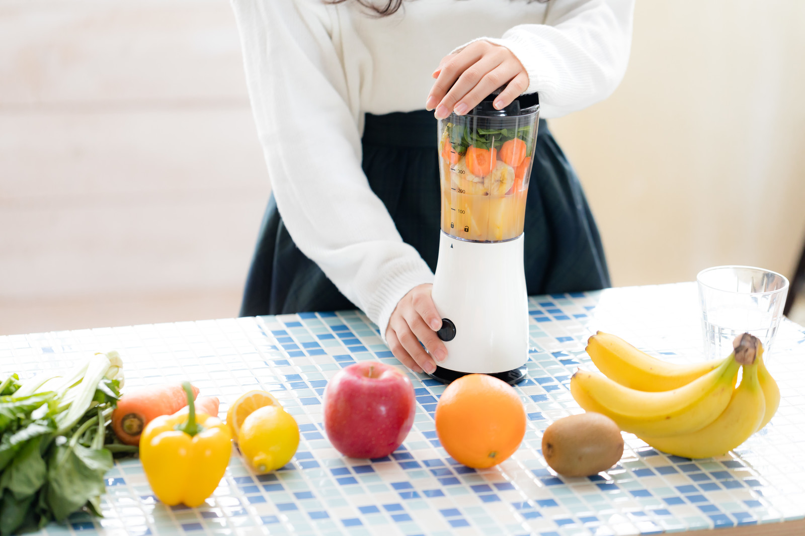 「果物などをジューサーにかける様子果物などをジューサーにかける様子」のフリー写真素材を拡大