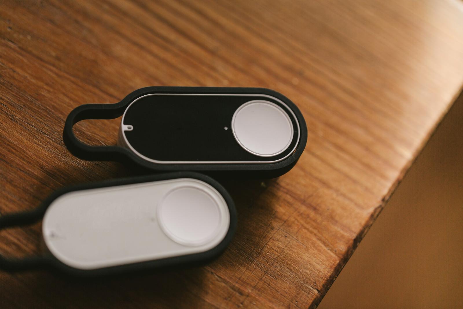 「木のテーブルに置かれたダッシュボタン」の写真
