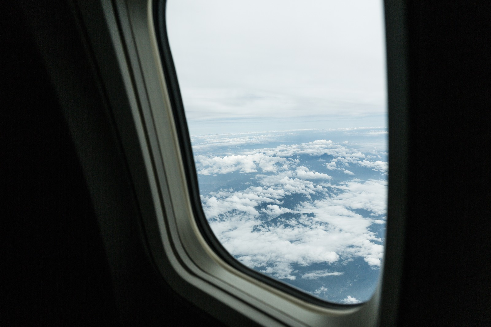 「旅客機の窓から上空の様子」
