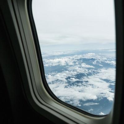 旅客機の窓から上空の様子の写真