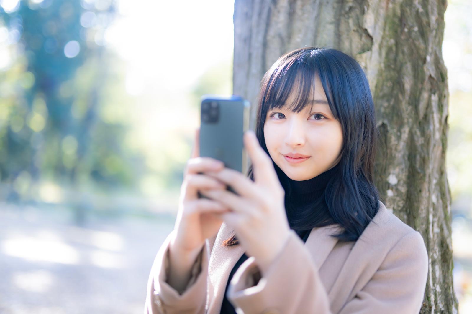 「スマホアプリ系の広告に使いやすいスマホ女子」の写真[モデル:井隼そら]