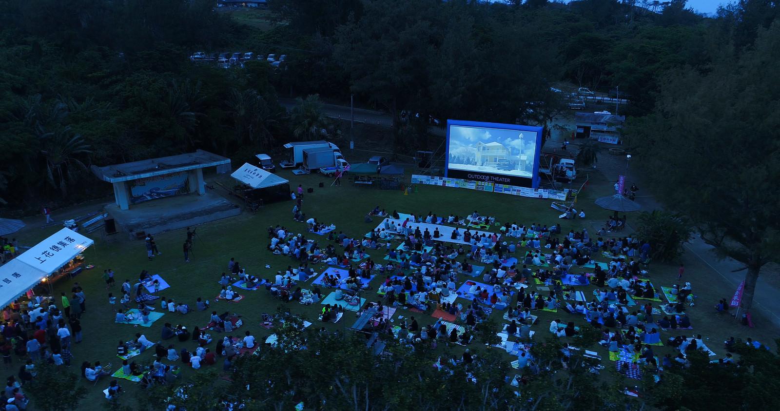 「徳之島で開催された野外シネマのイベント(空撮)」の写真
