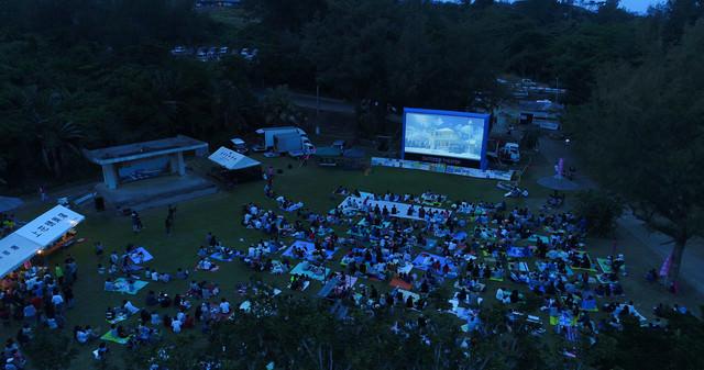 徳之島で開催された野外シネマのイベント(空撮)の写真