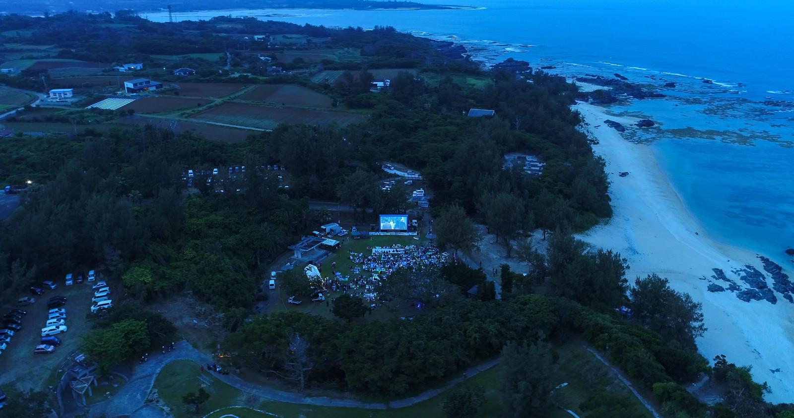 「映画館の無い徳之島で野外シネマのイベント(空撮)」の写真