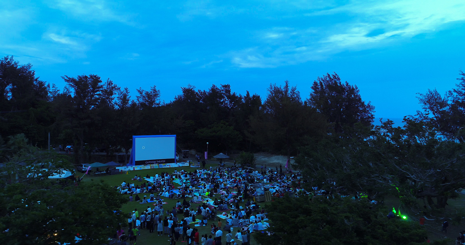 「野外映画で夕涼み」の写真