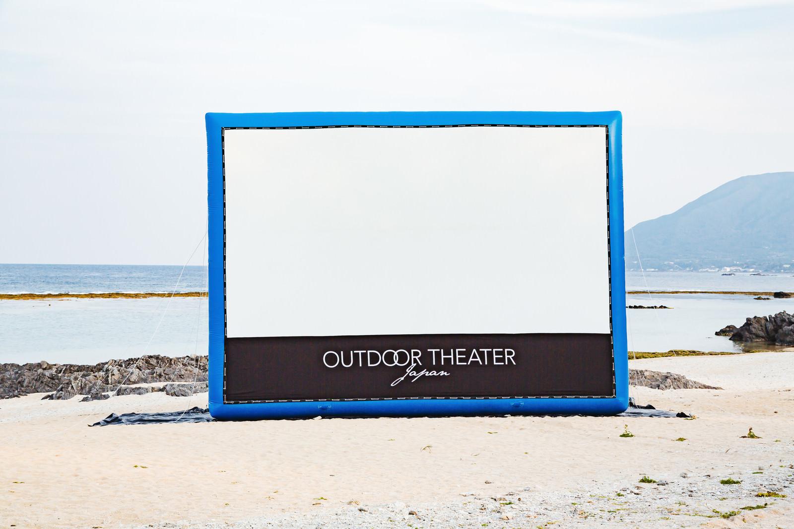 「巨大スクリーンのアウトドアシアター」の写真