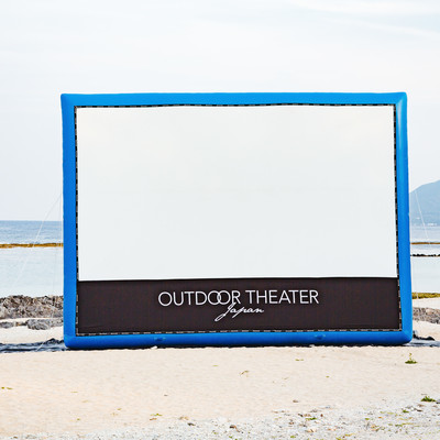 巨大スクリーンのアウトドアシアターの写真