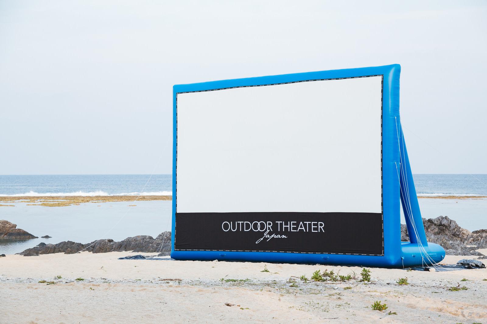 「海岸に設営したアウトドアシアター」の写真