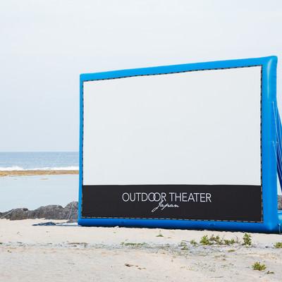 海岸に設営したアウトドアシアターの写真