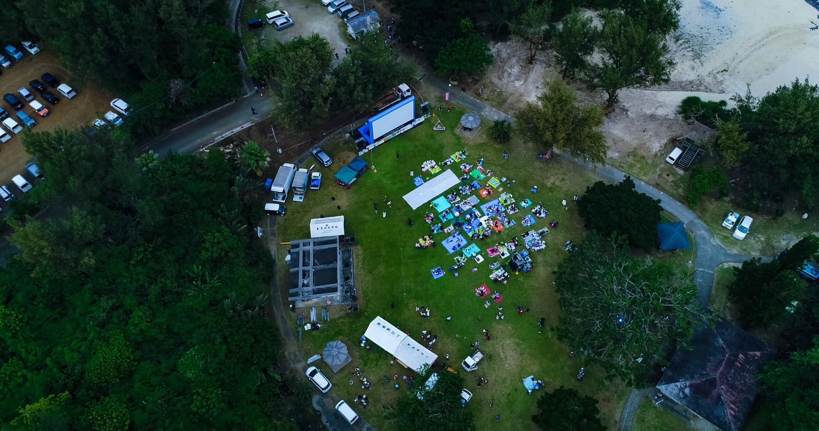 「映画館の無い徳之島で行われた野外シネマイベントを上空から」の写真