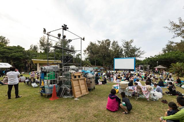 徳之島で開催された野外シネマのイベントの写真