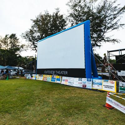 「徳之島黒砂糖まつりで開催したアウトドアシアターの巨大スクリーン」の写真素材
