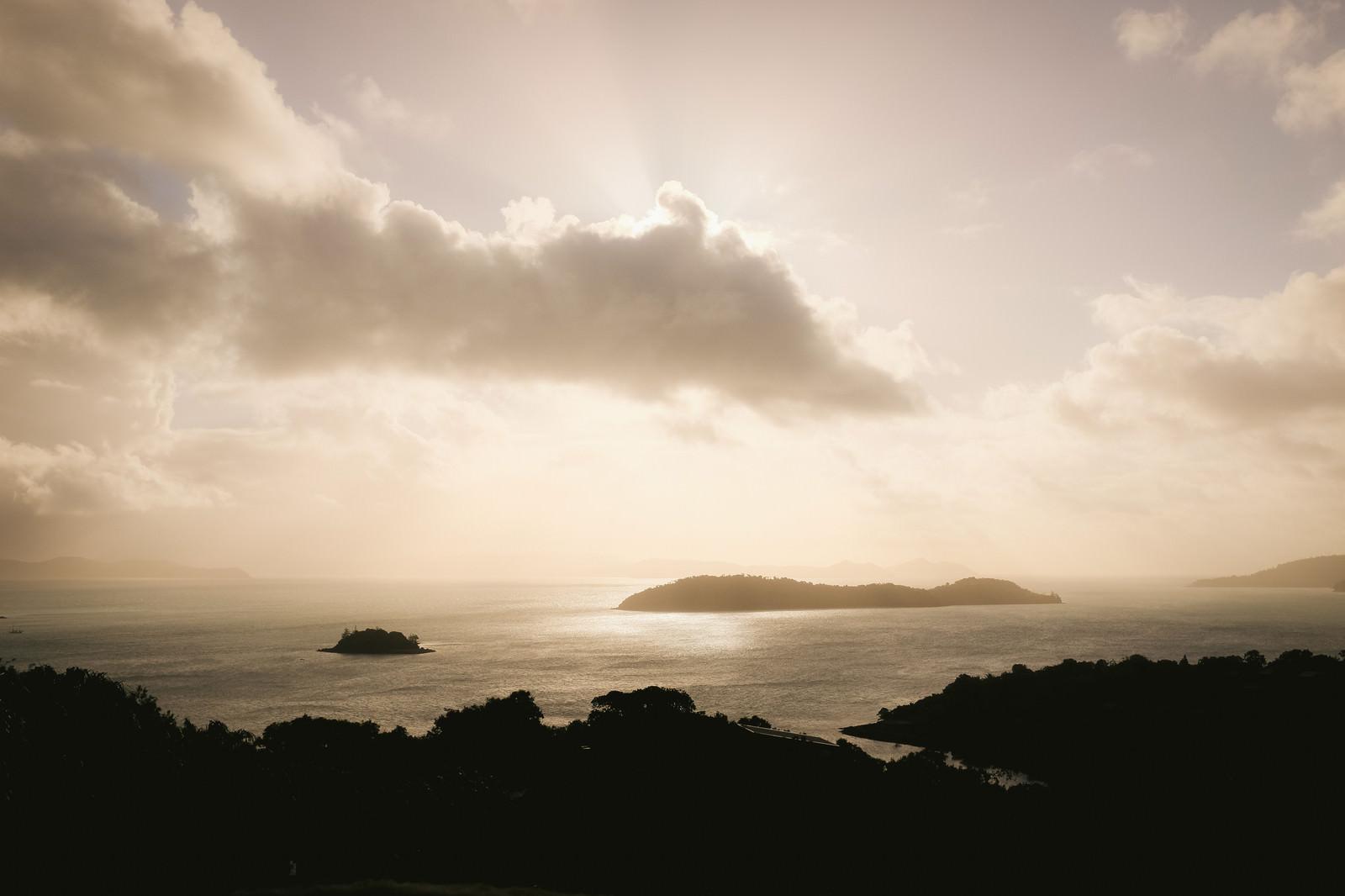「夕暮れ時の空と海」の写真