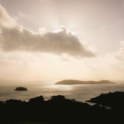 「夕暮れ時の空と海」の写真素材