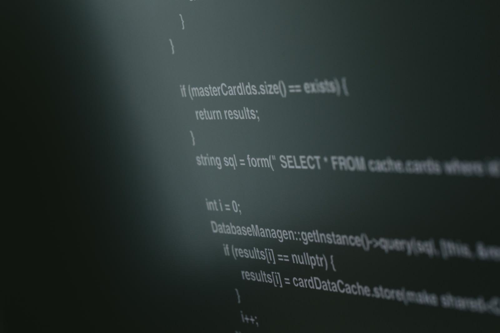 「モニターに映し出されたプログラムのソースコード」の写真