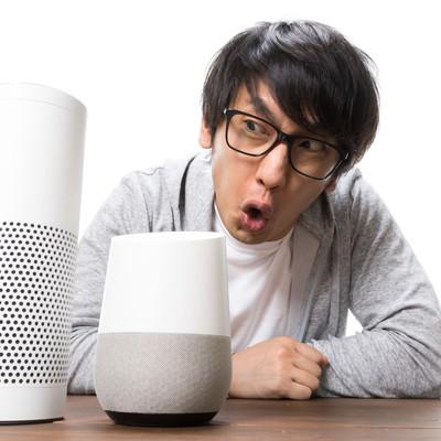 スマートスピーカーの聞き分けにキレ気味の男性の写真