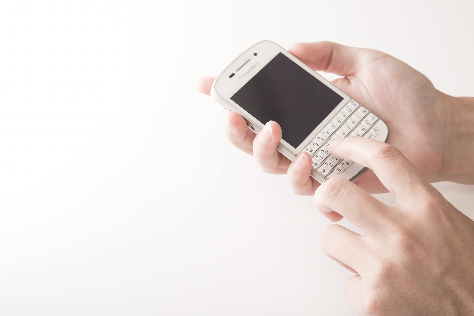 スマートフォンを操作するスマートフォンを操作する