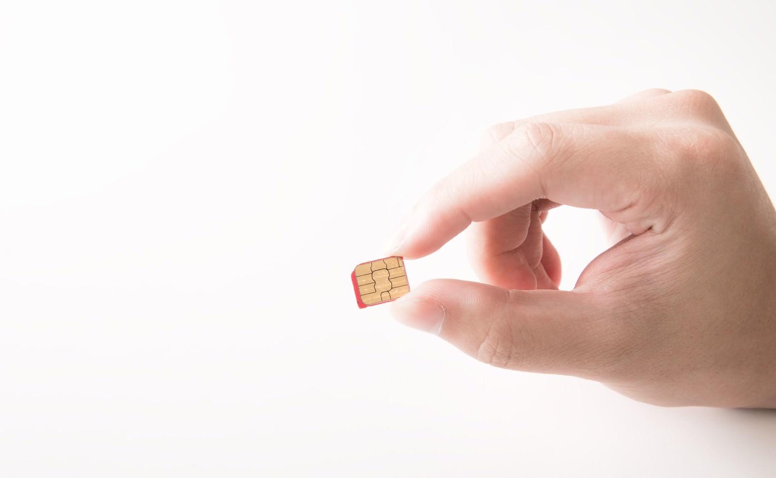 「これがカットされたSIMカードです(マイクロSIM)これがカットされたSIMカードです(マイクロSIM)」のフリー写真素材