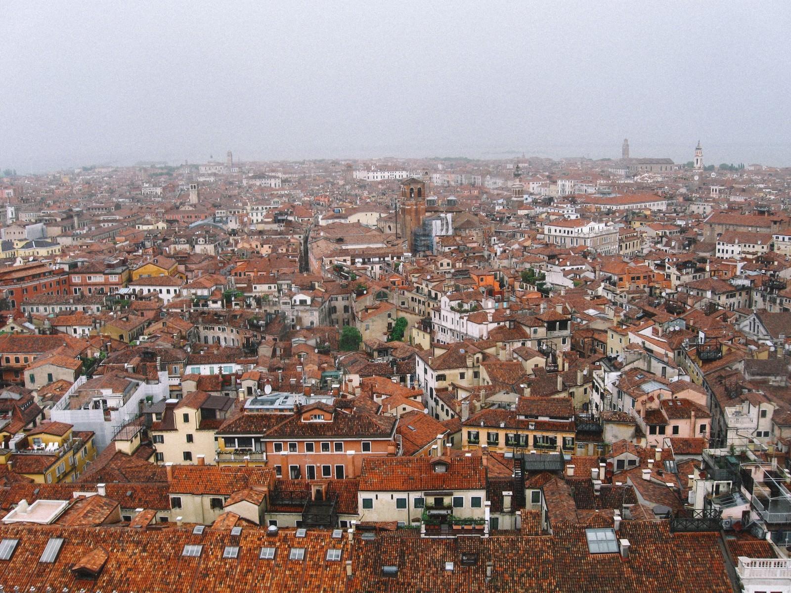 「赤茶色に染まる屋根とベネチアの建物(イタリア)」の写真