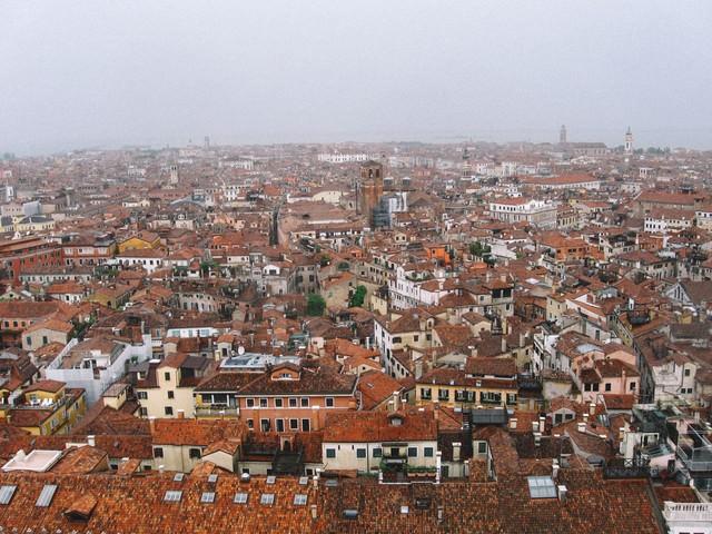 赤茶色に染まる屋根とベネチアの建物(イタリア)の写真