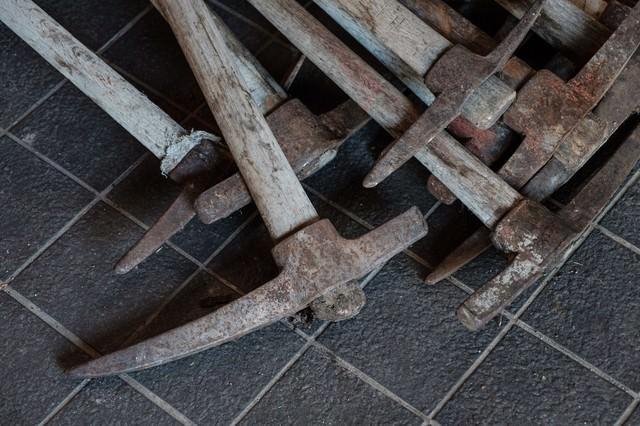 登山道整備用の複数のツルハシの写真